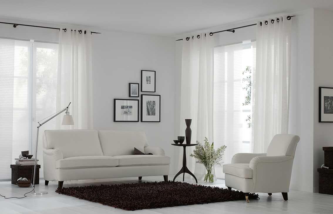 Gordijnen inspiratie wit vitrage in woonkamer sfeerwand