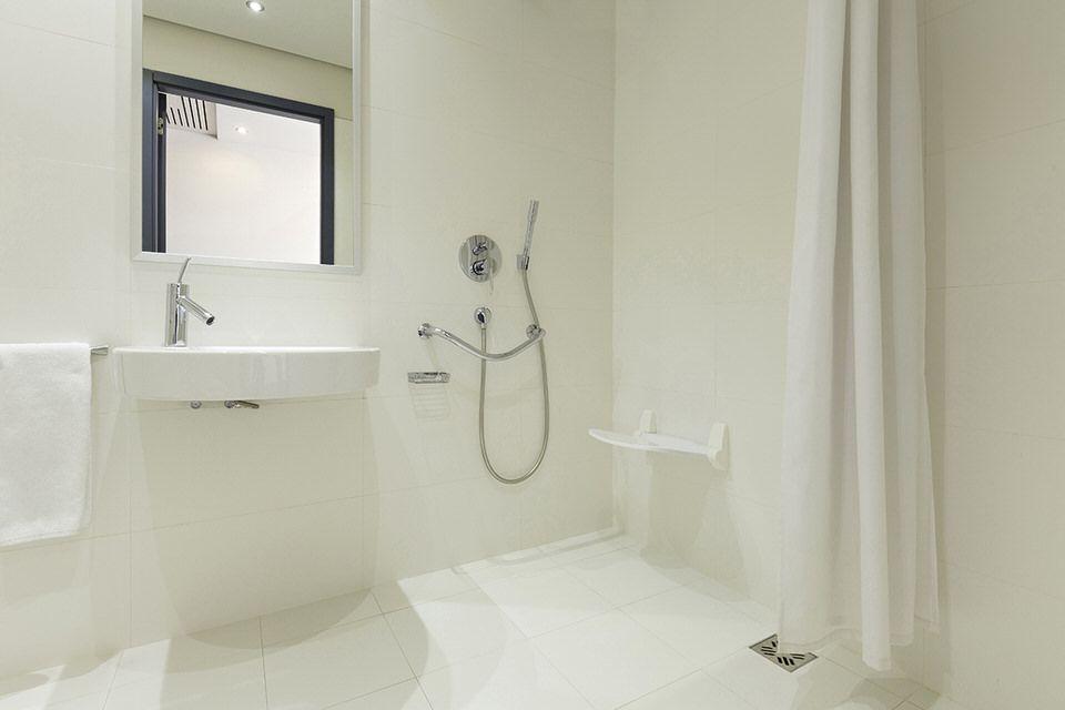 alles zur barrierefreien dusche calmwaters bodengleich dusche altersgerecht f r. Black Bedroom Furniture Sets. Home Design Ideas
