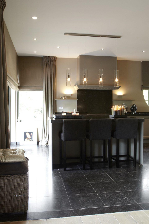 Luxe keuken met keukeneiland met design verlichting | Crafty ...