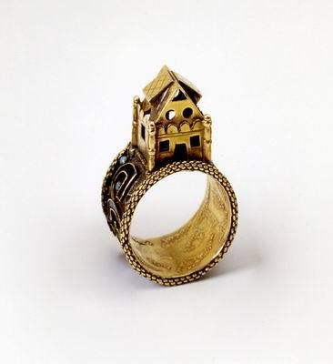 Wedding ring surmounted by a symbolic house