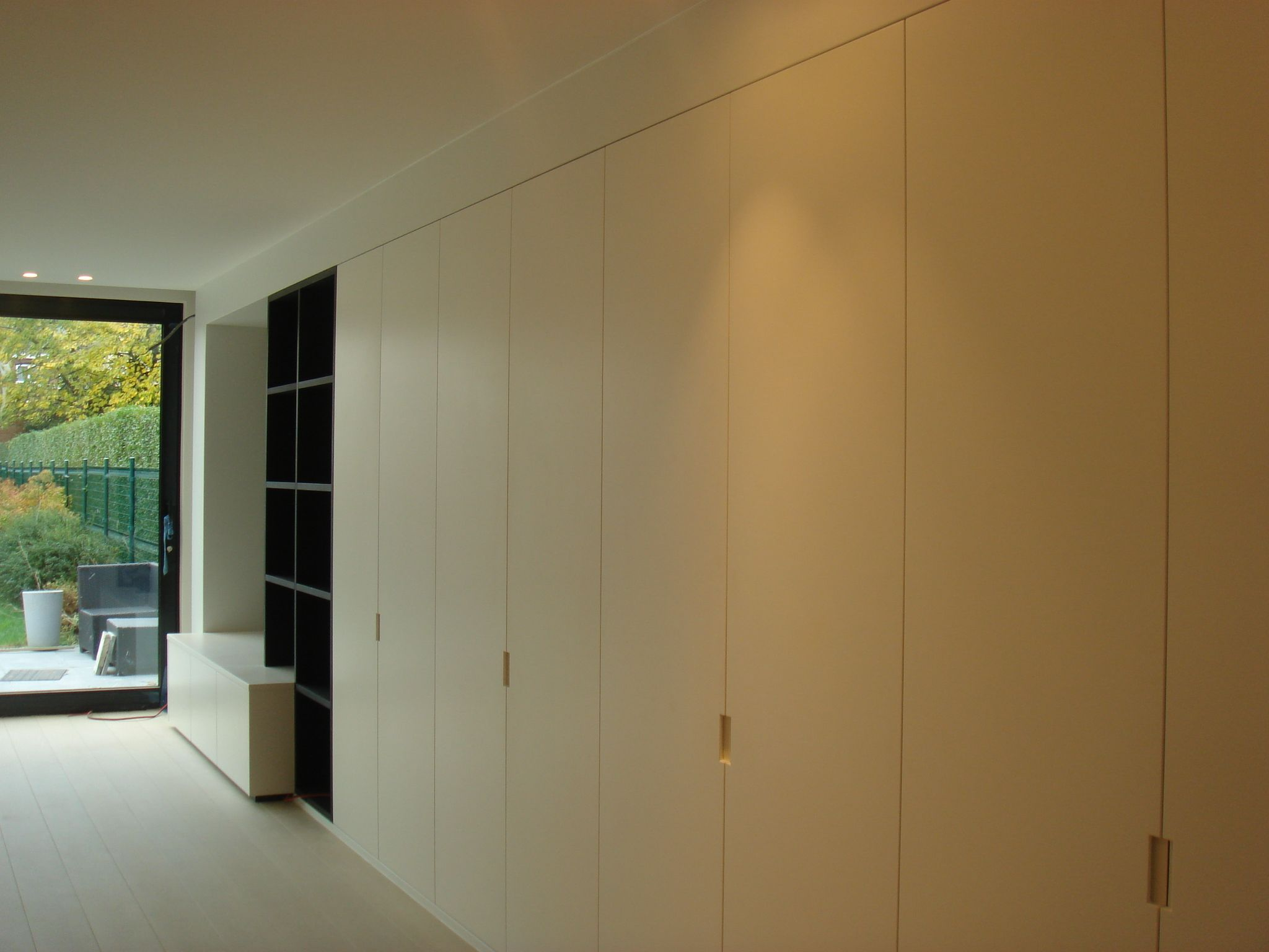 Inrichting leefruimte tv wand eik fineer donker gekleurd for Donker interieur