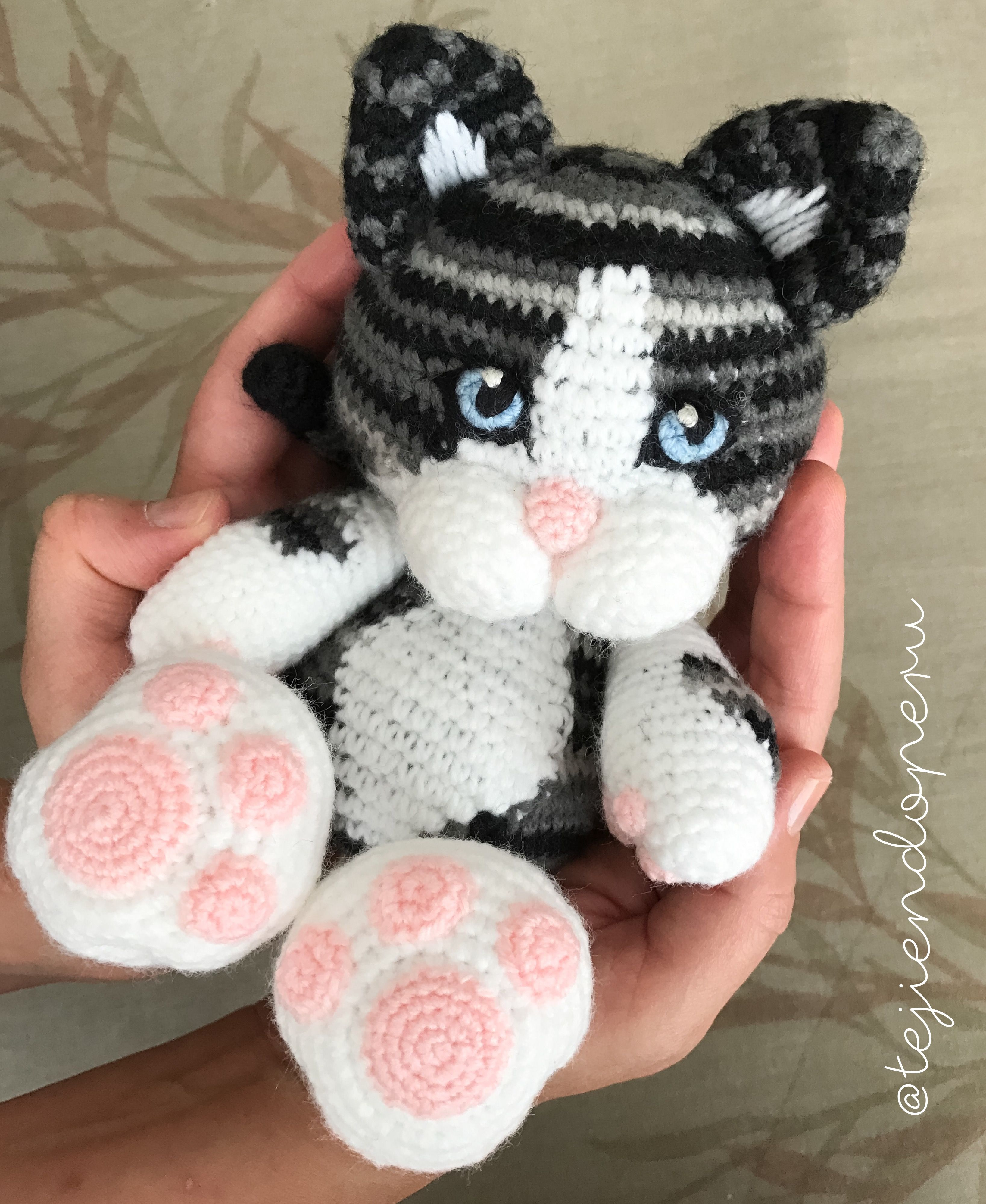 Nuestra gatita Micha en amigurumi Adaptamos el patrón para regalársela a  Lorena! Amigurumi cat 49a9c94fe54