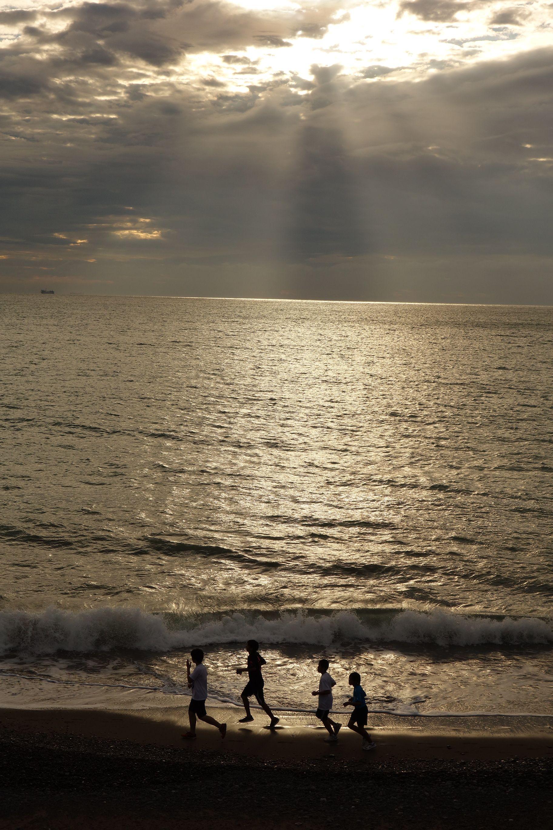 海岸を走る高校生 海岸 健康 走る