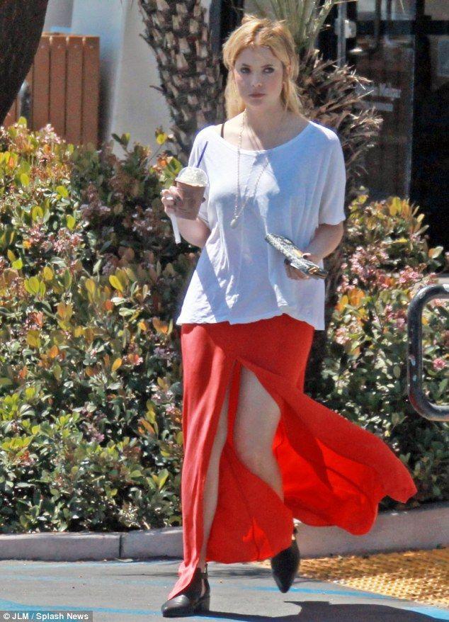 Ashley luce sus piernas en una falda
