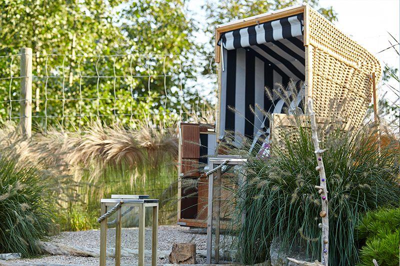 ein strandkorb im garten bringt die nordsee oder ostsee gleich ein st ck n her an die eigenen. Black Bedroom Furniture Sets. Home Design Ideas