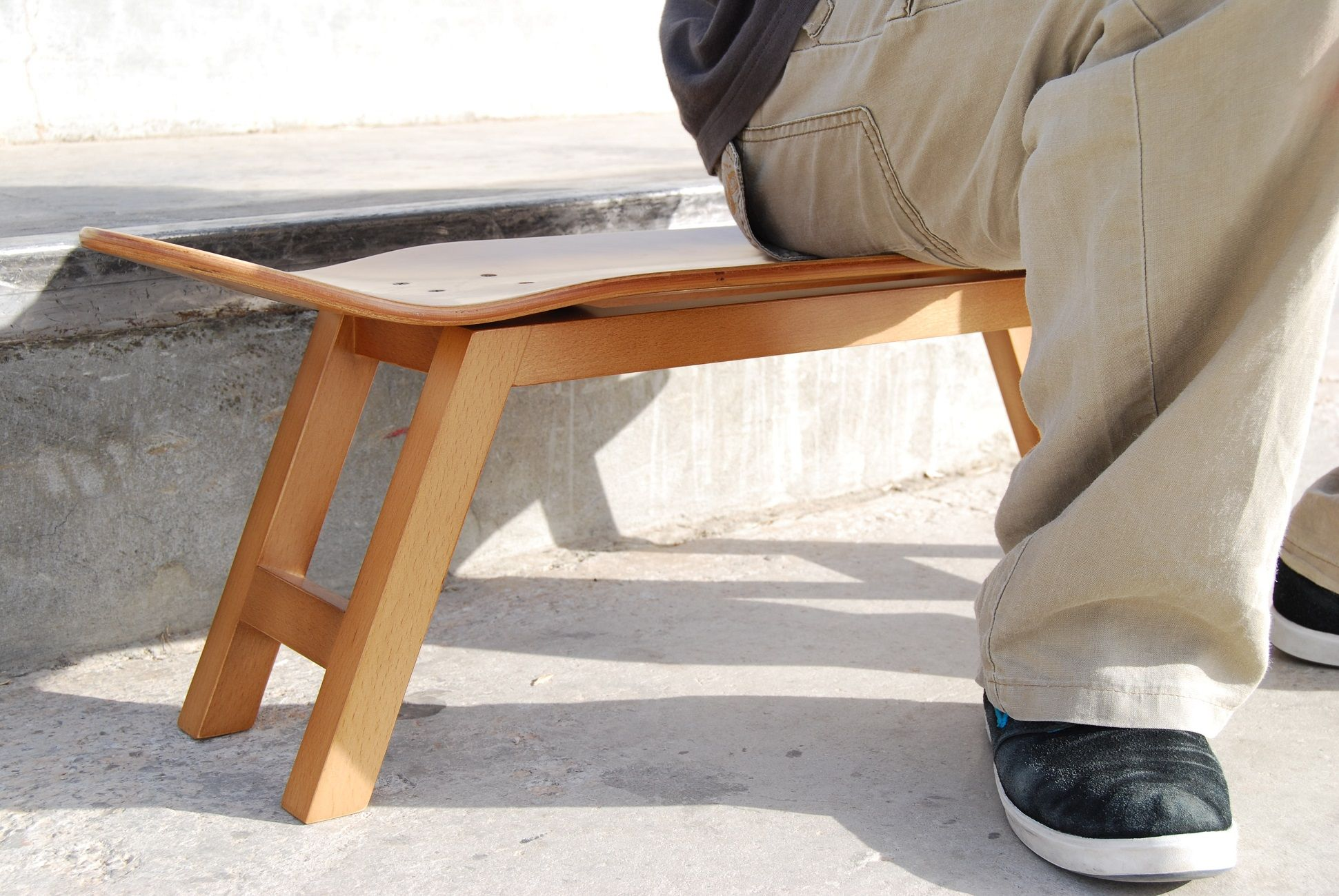 skateboard stool with legs of solid beech wood and skate deck with varnished finish natural in - Skateboard Bank Beine