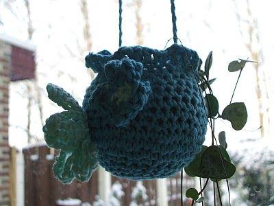 Om een wasbolletje heen, een hoesje gehaakt en tatataattaaa...een plantenhangertje!