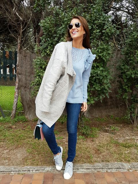 Tras la pista de Paula Echevarría. Light blue ruffles sweater+skinny ... db56669b468