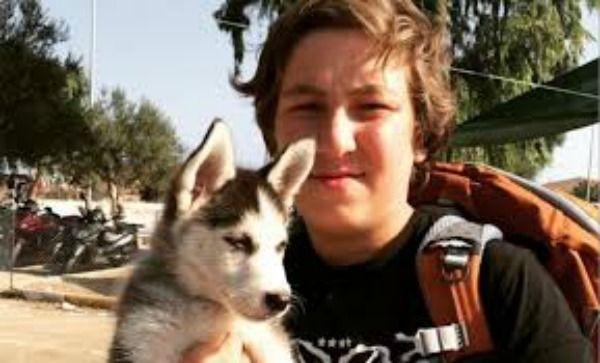 Fugge dalla guerra insieme al suo cane (Video)