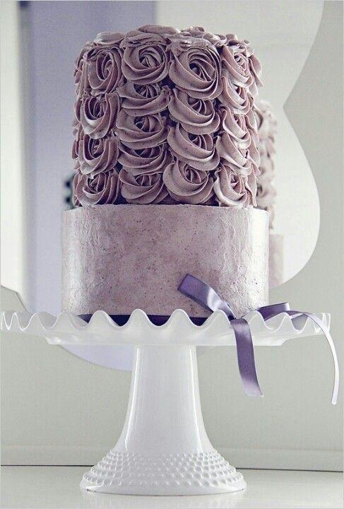 A mais nova tendência em bolo de casamento é o bolo com babados, ou ruffled cake. E as melhores inspirações do Pinterest nós separamos para você aqui!