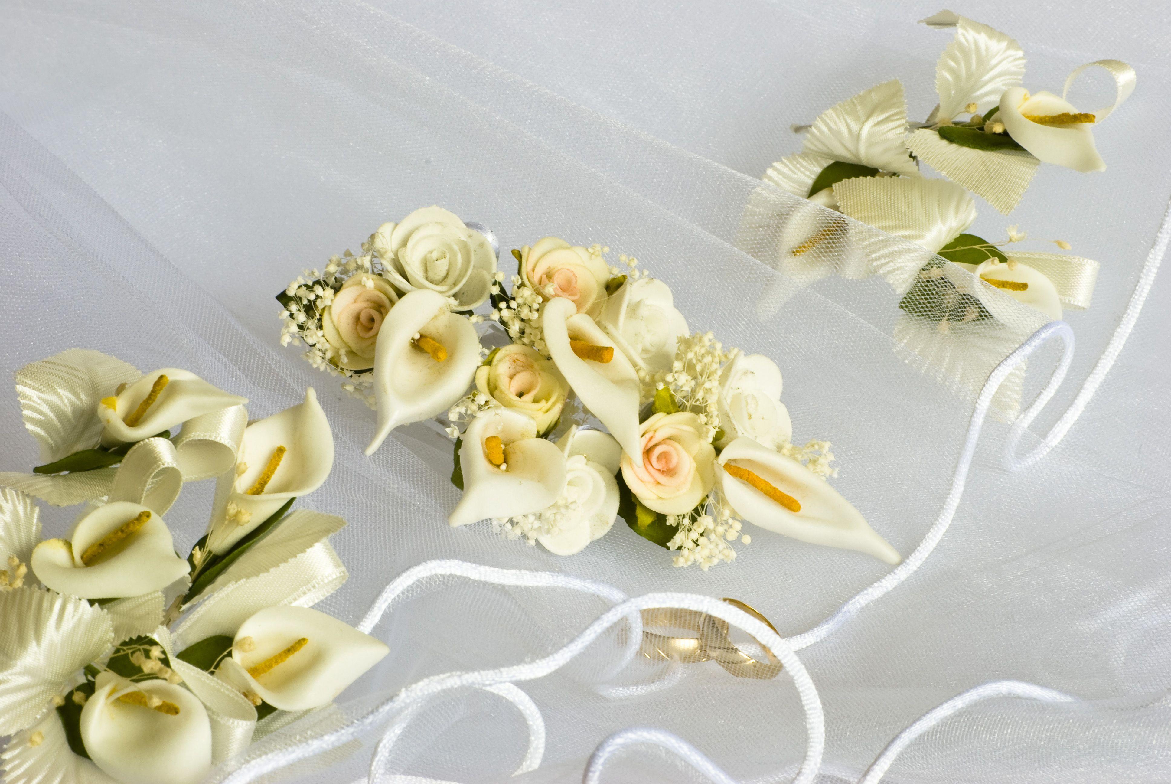 Hochzeitsdeko Und Eheringe Festhalten Hochzeit Ringe Blumen