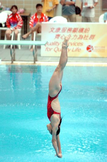 The Perfect Dive By A Visiting Athens Olympics Gold Medallist From The Chinese National Team Swimming Women Swimming Diving Swimming Pool Exercises
