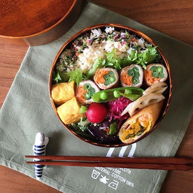 * おかずの下も若干上げ底。この弁当箱深いのよ。 ・卵焼き ・野菜の肉巻き ・茄子とピーマンの胡桃味噌和え ・水菜の胡麻和え ・かぼちゃの春巻き ・蓮根と葱のマリネ ・紫キャベツのマリネ ・ご飯は玄米と白米が1:1 では皆さま良い1日をー☺︎
