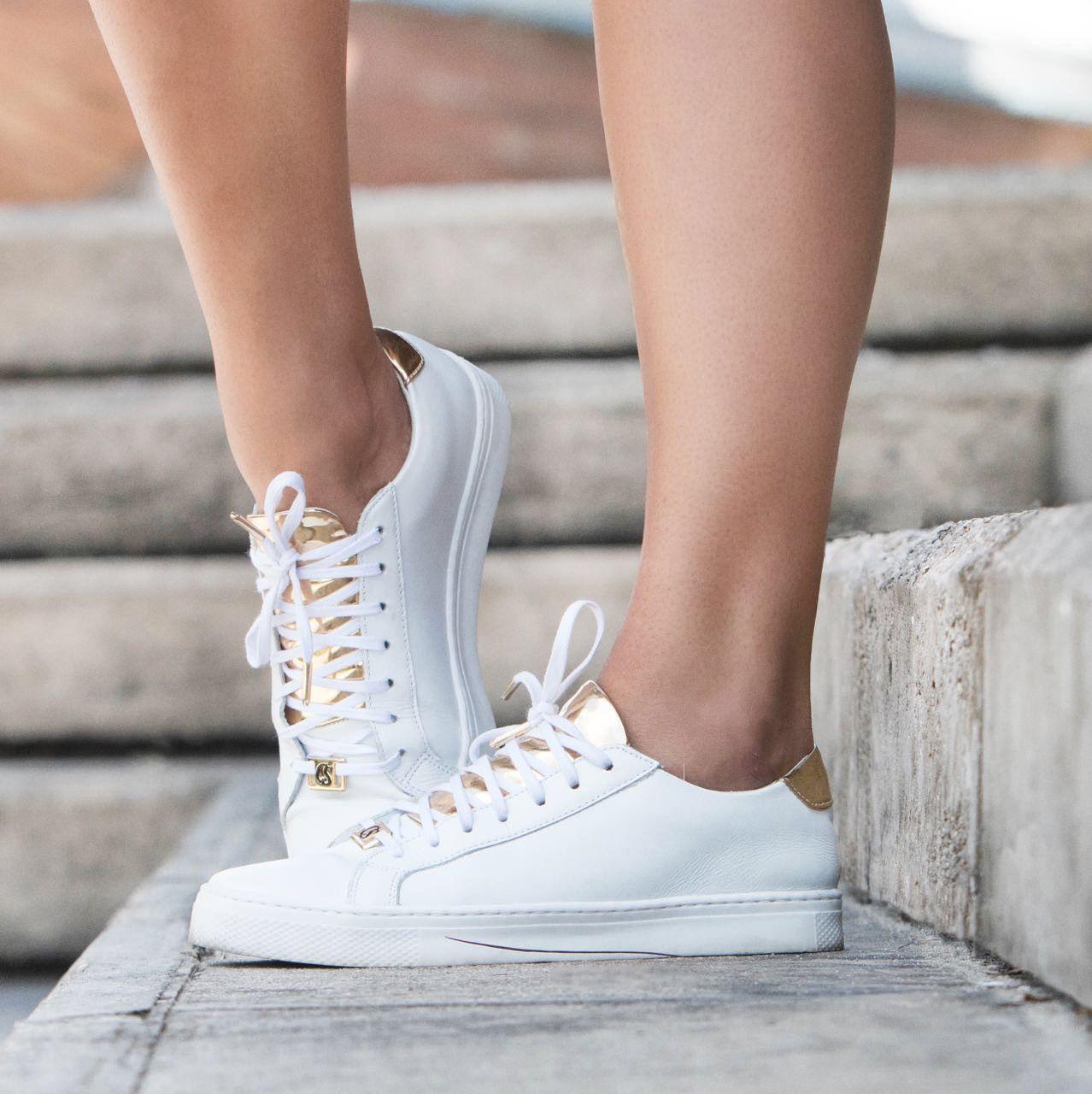 103d9cdd160 Tênis branco com dourado Carmen Steffens é must-have dessa estação. 😻  white…