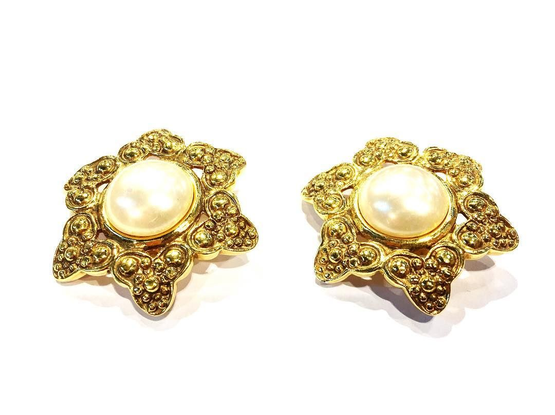Nothing like a bit of #Chanel to get you through #humpday. These #embossed babies with inset faux pearl make a sophisticated #statement. Find them at our #knightsbridge counter.  #HardwareVintageJewellery #VintageChanel #ChanelEarrings #London #Style #Fashion #VintageFashion #VintageJewellery #Designer #DesignerVintage #Couture #FauxPearl
