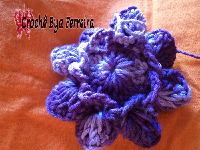 Vou mostrar passo-a-passo como fazer essa flor chamada: Flor Caracol. Vamos lá!   Material que utilizei:     Barbante Barroco Lilás;  Barba...