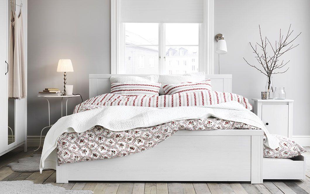BRUSALI sovrumsserie: sängstomme med 4 sänglådor, sängbord och ...