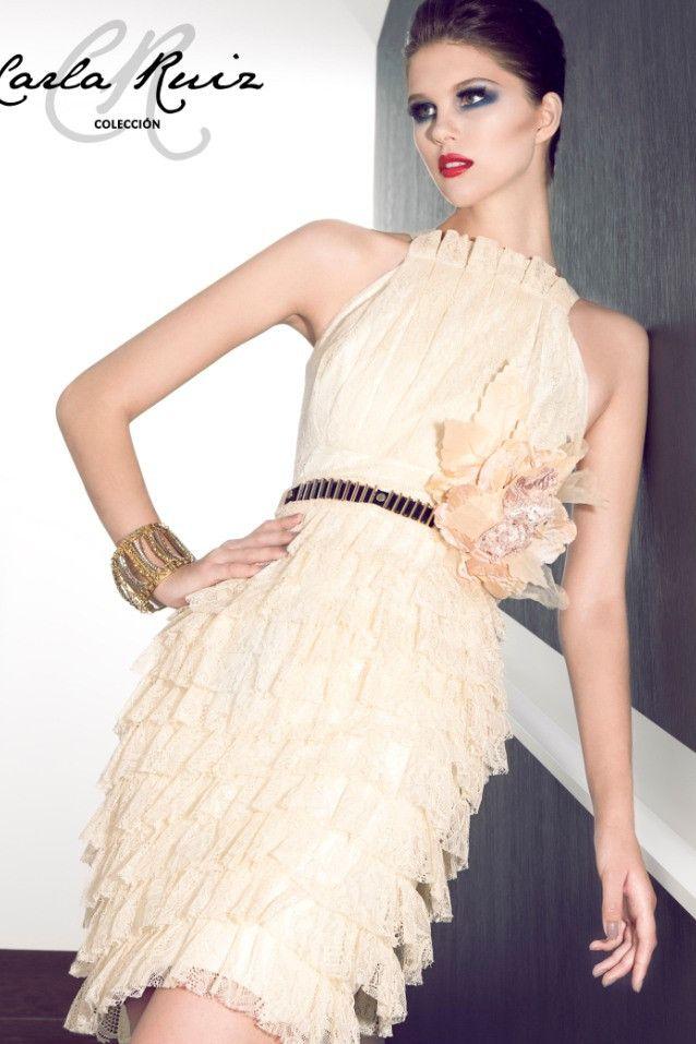 vestido de novia corto de chantilly en color nude, con volantes