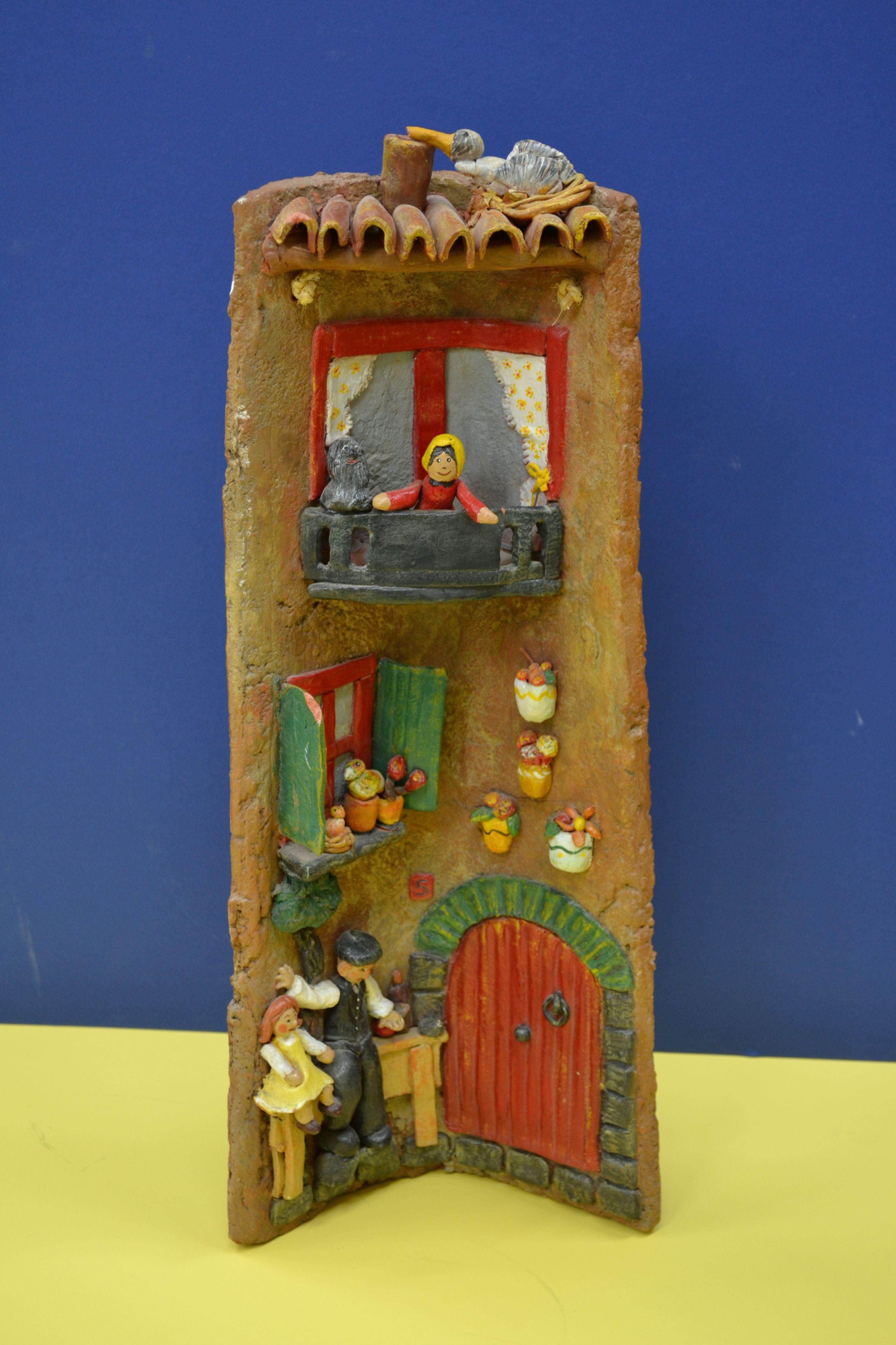 Teja decorada: casa de pueblo.