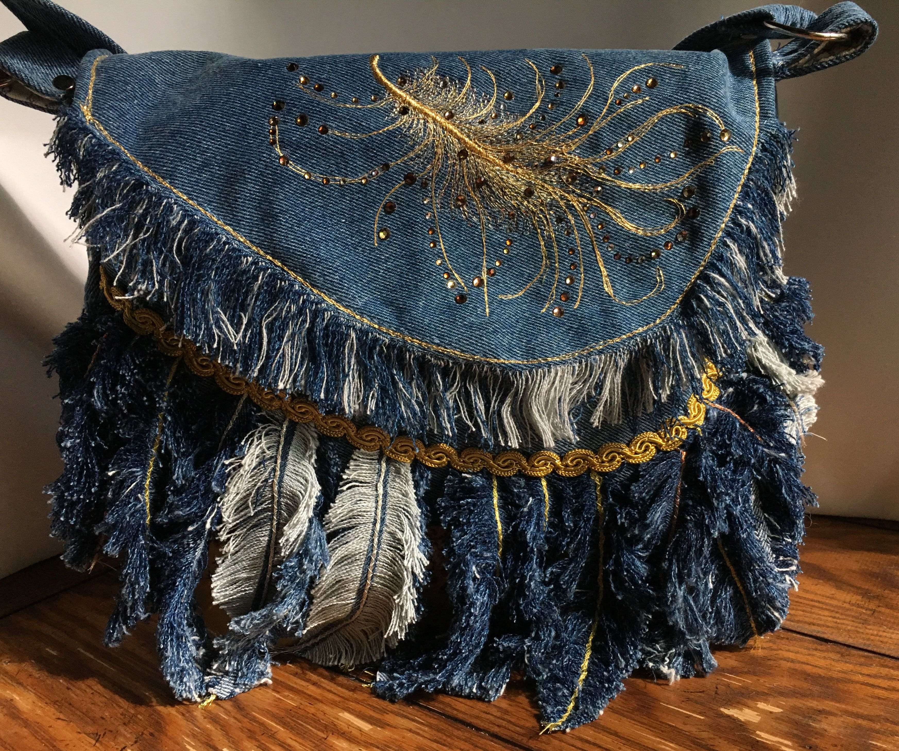 Denim feathered shoulder bag -   22 recycled crafts jeans