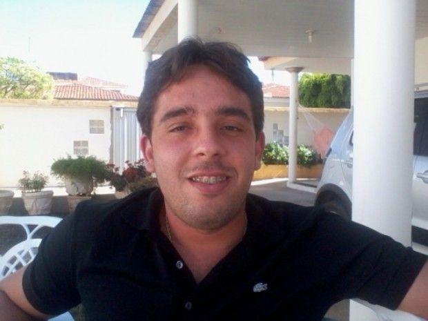 Charles Araujo: Prefeito de cidade do Sertão é baleado em praça pú...