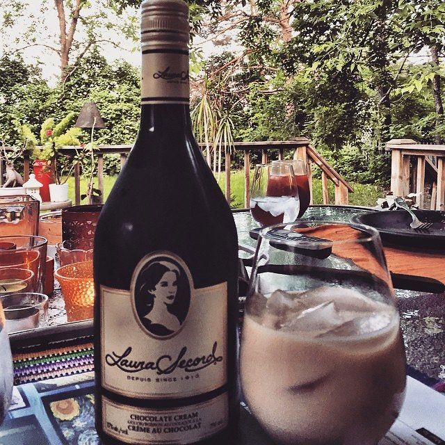 You know what rhymes with Friday? Chocolate cream. || Vous savez ce qui rime avec vendredi? Crème au chocolat.  #laurasecord #chocolat #chocolate #drink #friday #tgif #terrasse #love #perfect #instagood #pictureoftheday