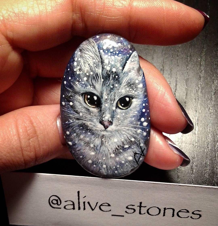"""Снежный Котэ @alive_stones #cat #alivestones #stone #artstone #artrock #paintedstones #art #souvenir #painting #котик #кот #киса #кошка #котэ…"""
