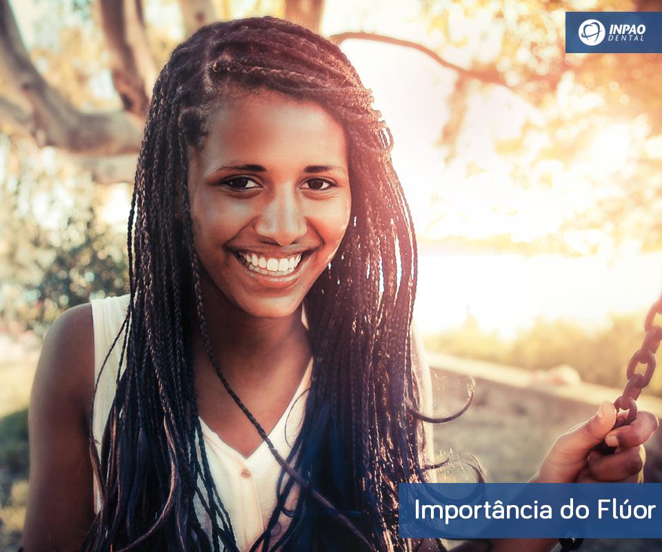 O flúor ajuda a fortalecer o esmalte dos dentes. A saliva contém ácidos que provocam a desmineralização dessa camada, mas fatores externos, como consumo excessivo de alimentos e bebidas ácidas, podem acelerar a perda. Resultado: o esmalte fica enfraquecido e deixa os dentes sujeitos à ação das bactérias que causam as cáries e também à hipersensibilidade.  #INPAODental #Curiosidade #Odonto #saudebucal