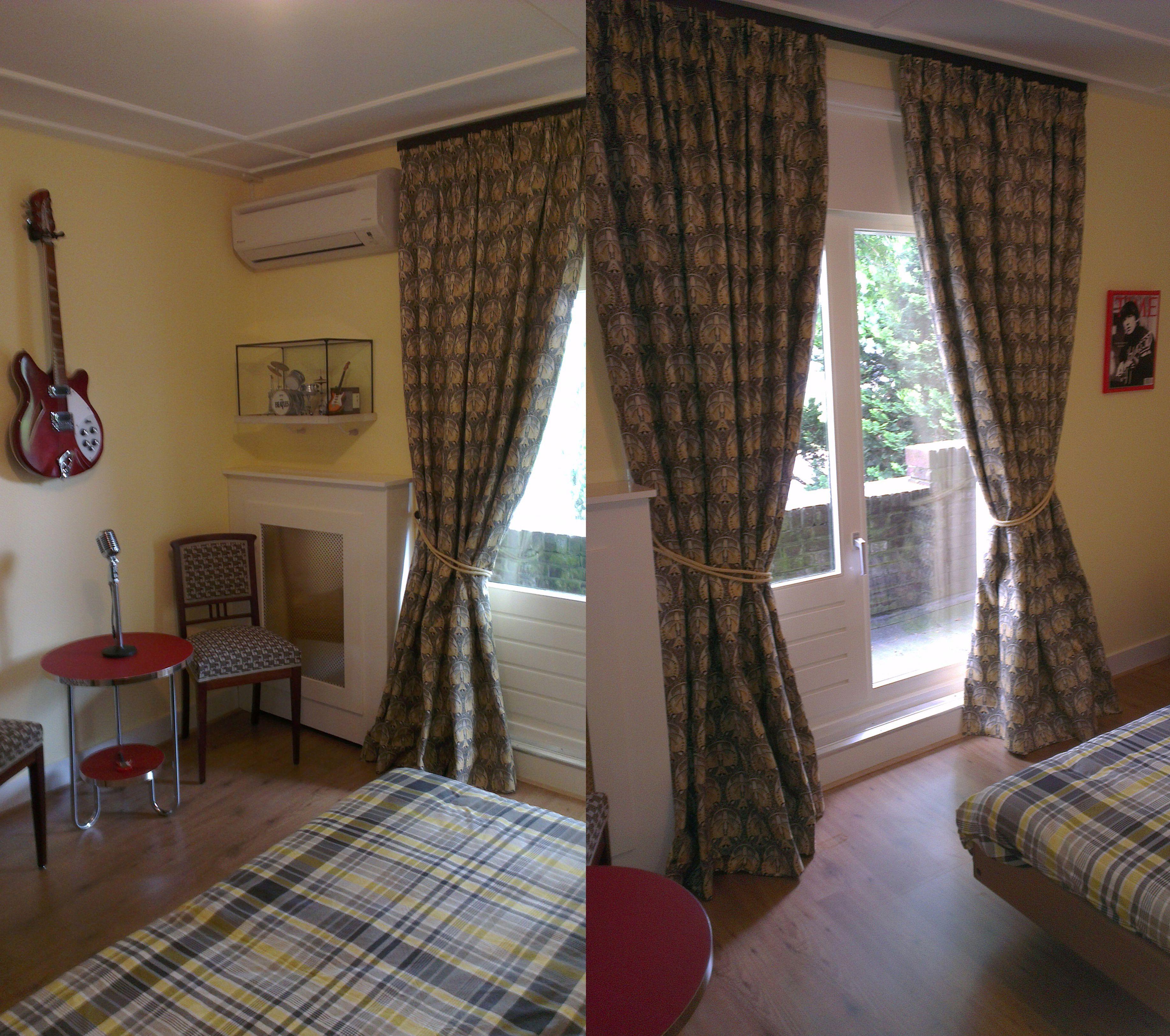 Gekozen door een van onze klanten: gordijnstof Graceful Jugendstil, Retro Bijzettafel Linoleum, Authentieke stoelen en authentieke nachtkastjes. Verkrijgbaar bij artdecowebwinkel.com.