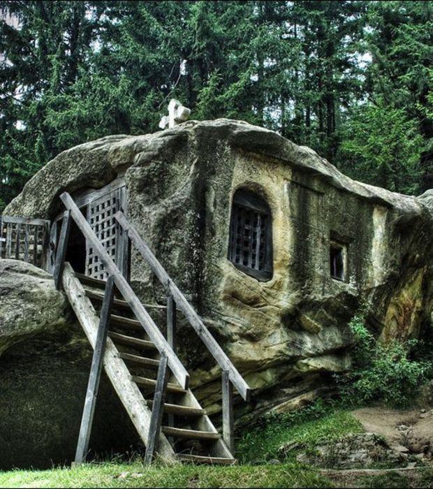 Photo cette maison bizarre a été construite dans la roche