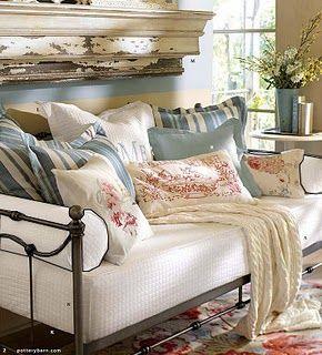 un sogno da prima del matrimonio..un divano realizzato con un vecchio letto in ferro....