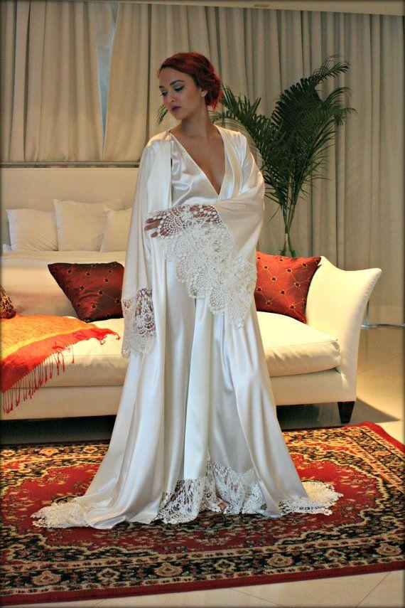 8372148c408 De mantel Isadora is een rijk uit witte parel satijn geaccentueerd met  mooie gehaakte Venise lace rond de zoom en brede engel mouwen decadent.