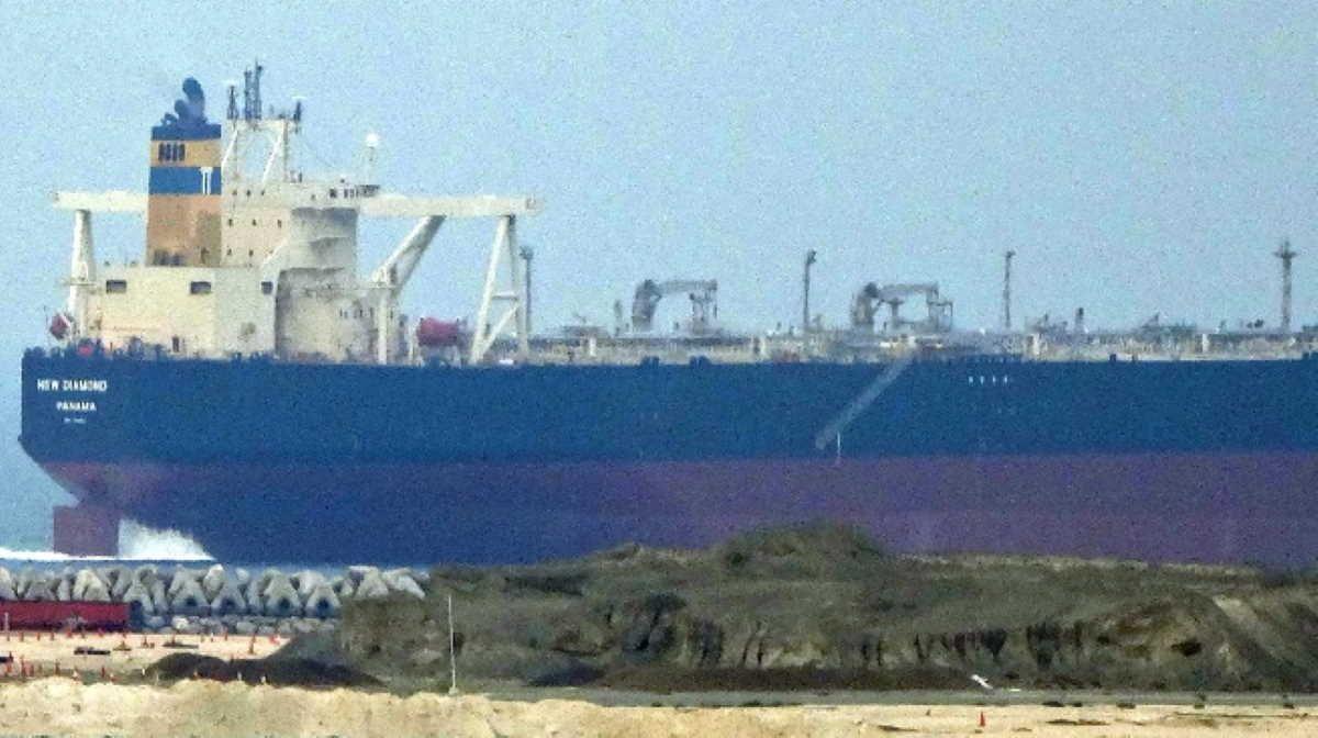 Sailor Presumed Dead As Oil Tanker On Fire Off Sri Lanka 039 S Eastern Coast In 2020 Oil Tanker Ports In India Tug Boats