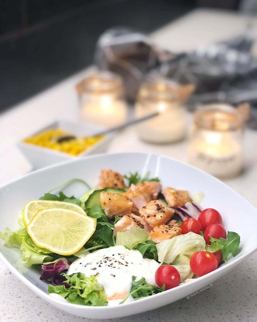 Ovnsbakst Laks Salat Tomater Agurk Mais Sitronsaft