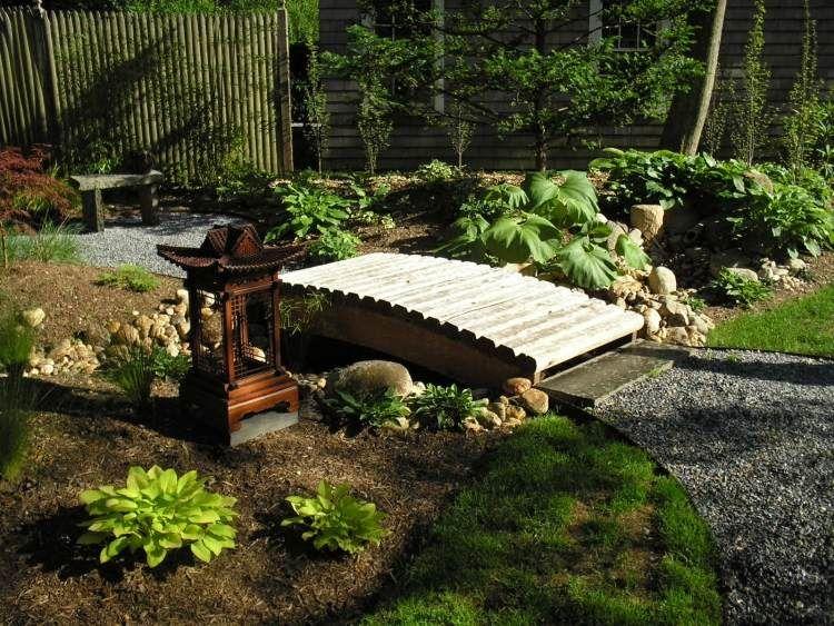 Kleine Dekorative Holz Brücke In Einem Japanischen Garten