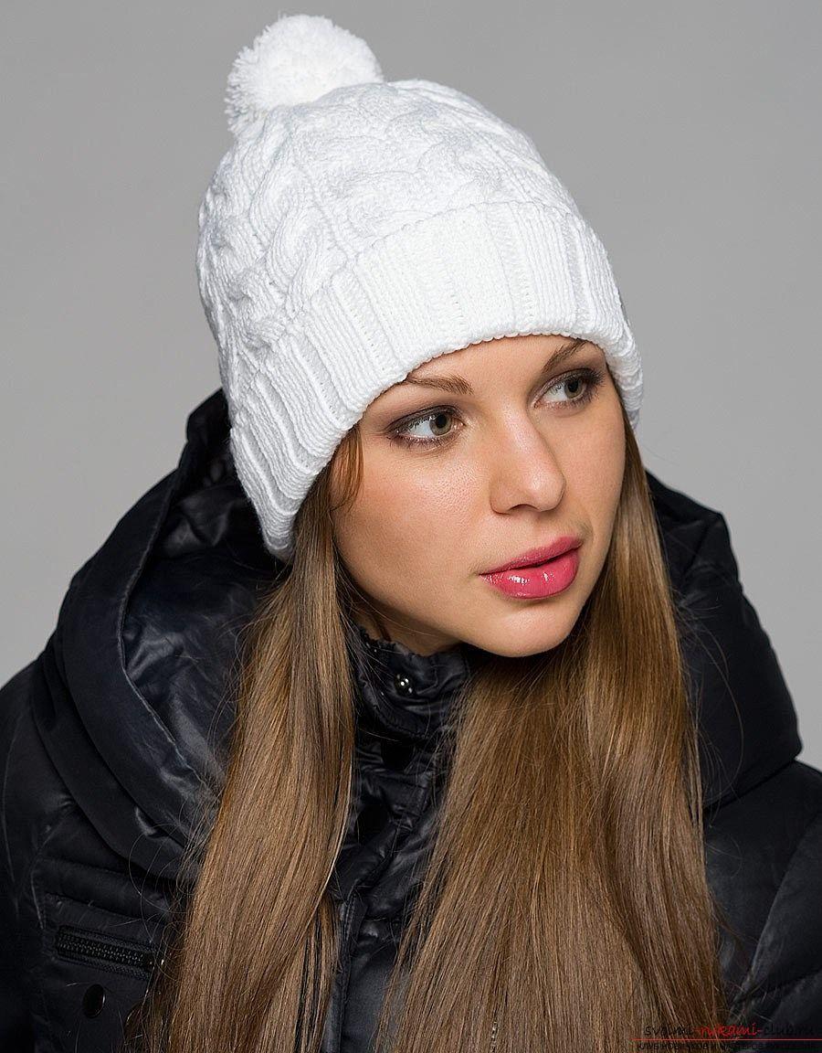 вязаная спицами женская шапка с узором из кос. Фото №2
