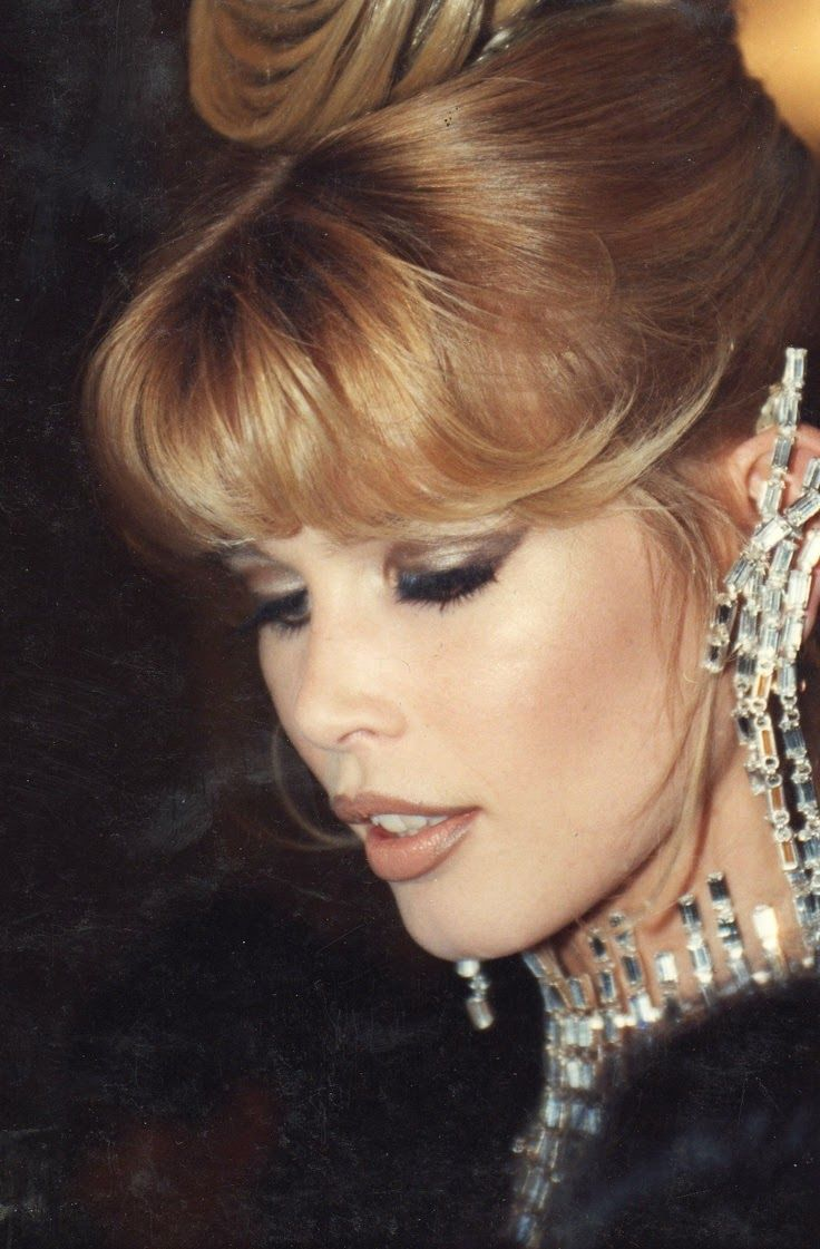 Sense Of Chanel 90s Claudia Schiffer With Images Claudia