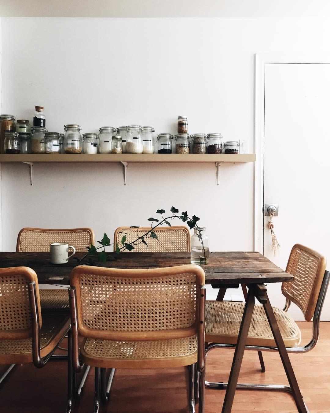 Genial Une Table En Bois Brut Et Des Chaises En Cannage Vintage Pour Une Salle à  Manger Chaleureuse