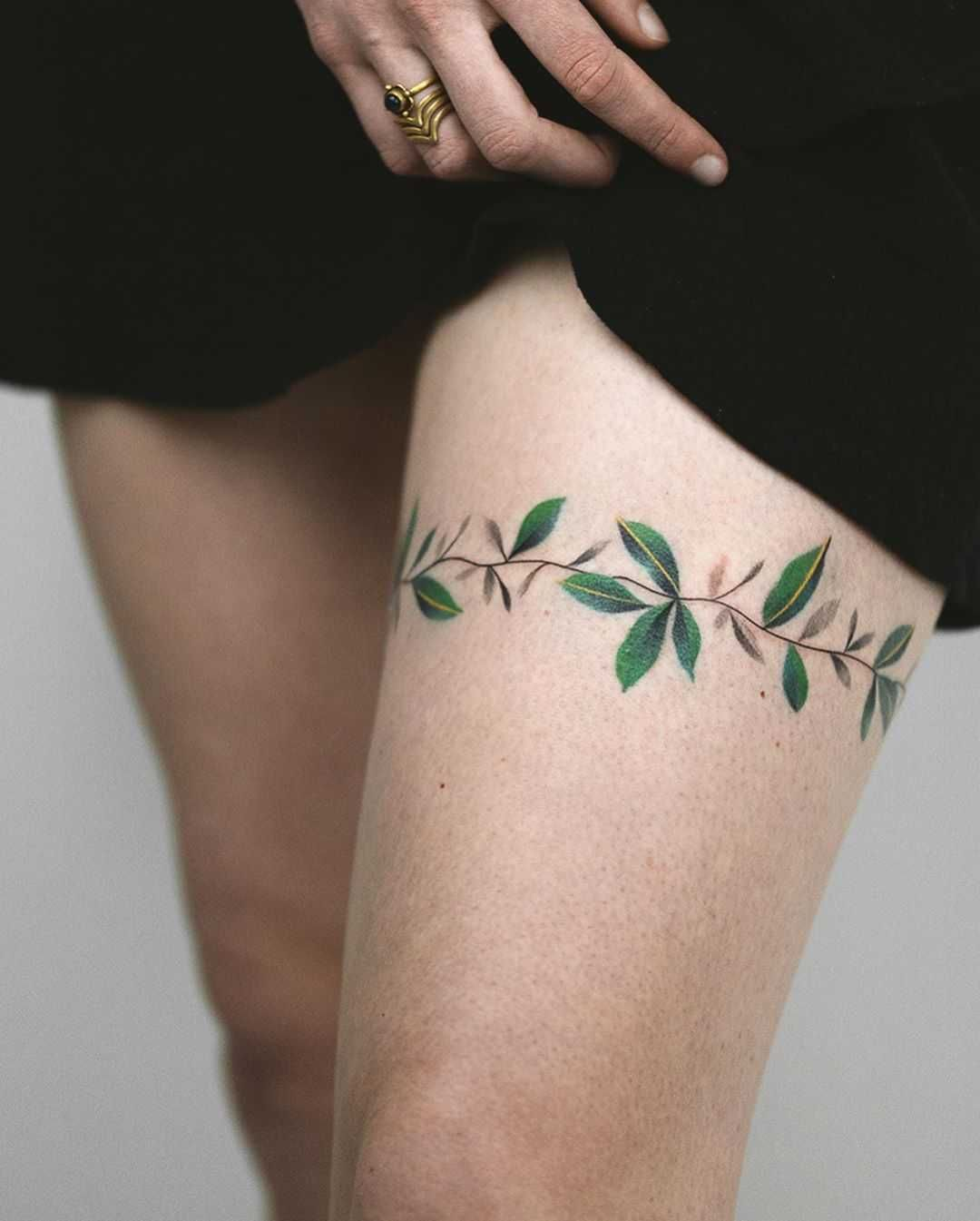 Leaves Wrapped Around The Left Thigh By Rey Jasper In 2020 Tattoos Leg Tattoos Cute Tattoos