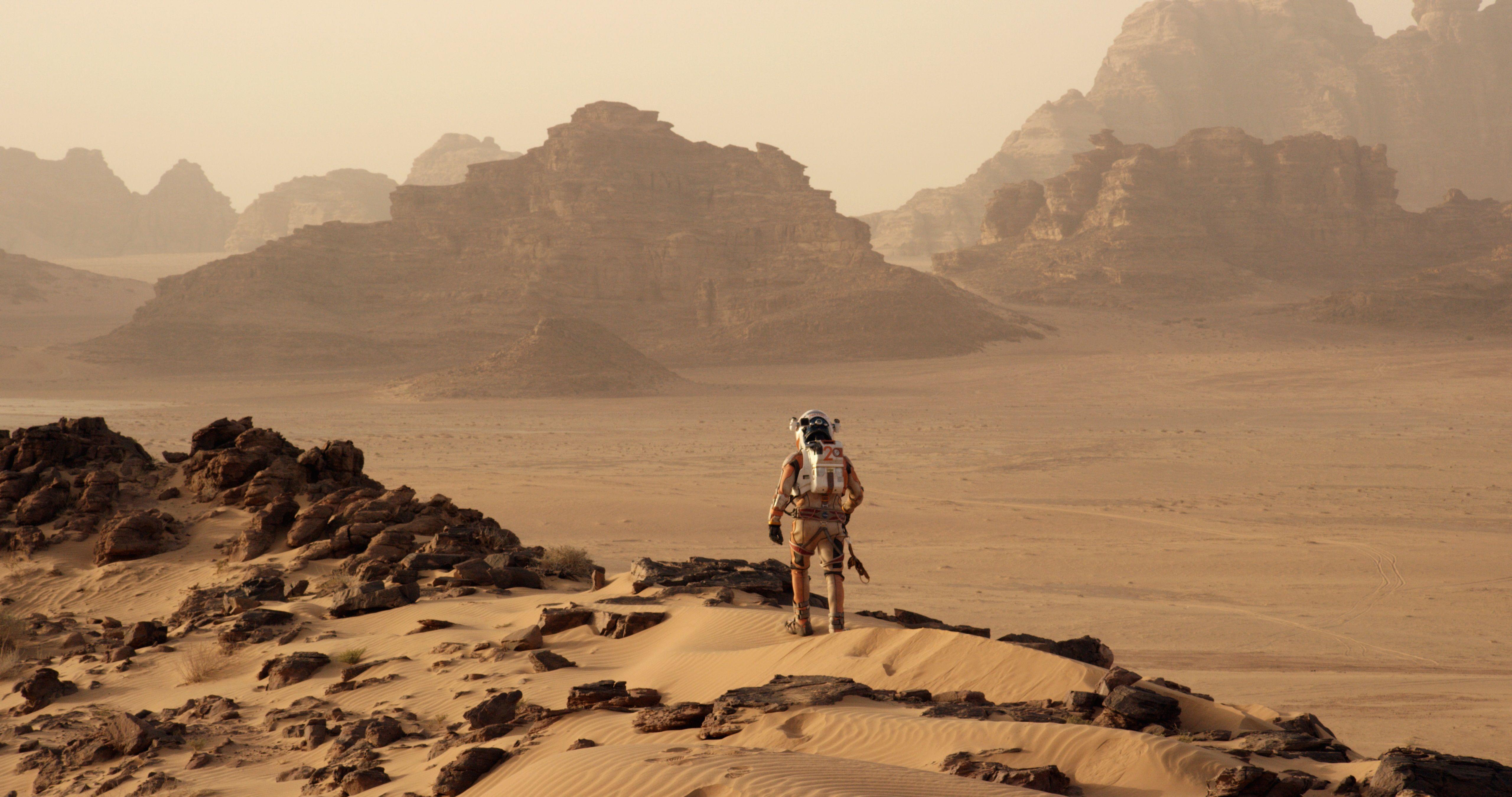"""Hoje é dia de estreia no #cinema! Esqueçam o espaço hostil de """"Alien"""" (1979) e a distopia de """"Blade Runner"""" (1982). O futuro que o diretor #RidleyScott nos apresenta em """"Perdido em #Marte"""" é outro: divertido e cheio de esperança. Foto: Divulgação."""