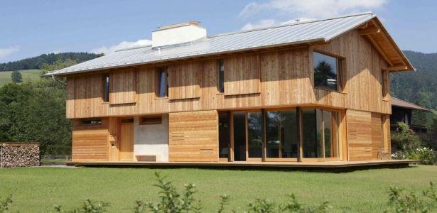 Belle maison bois traditionnelle avec intérieur en béton en
