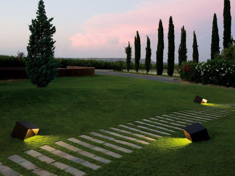 14 ideas para iluminar el jard n camino de entrada for Como iluminar arboles en el jardin