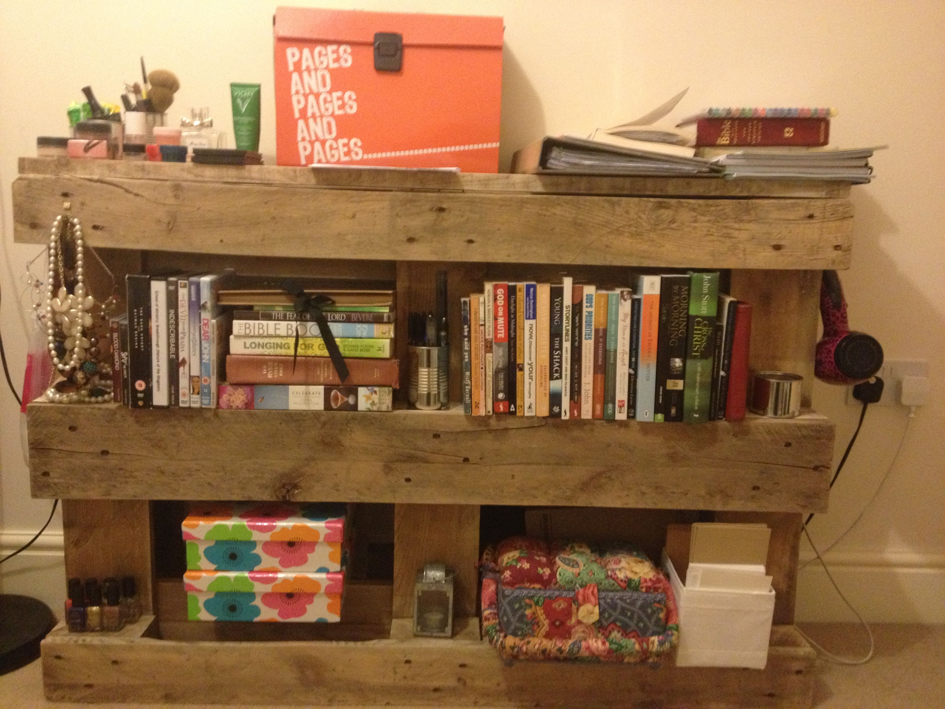 Things you can make out of wooden pallets shelves and bookcase