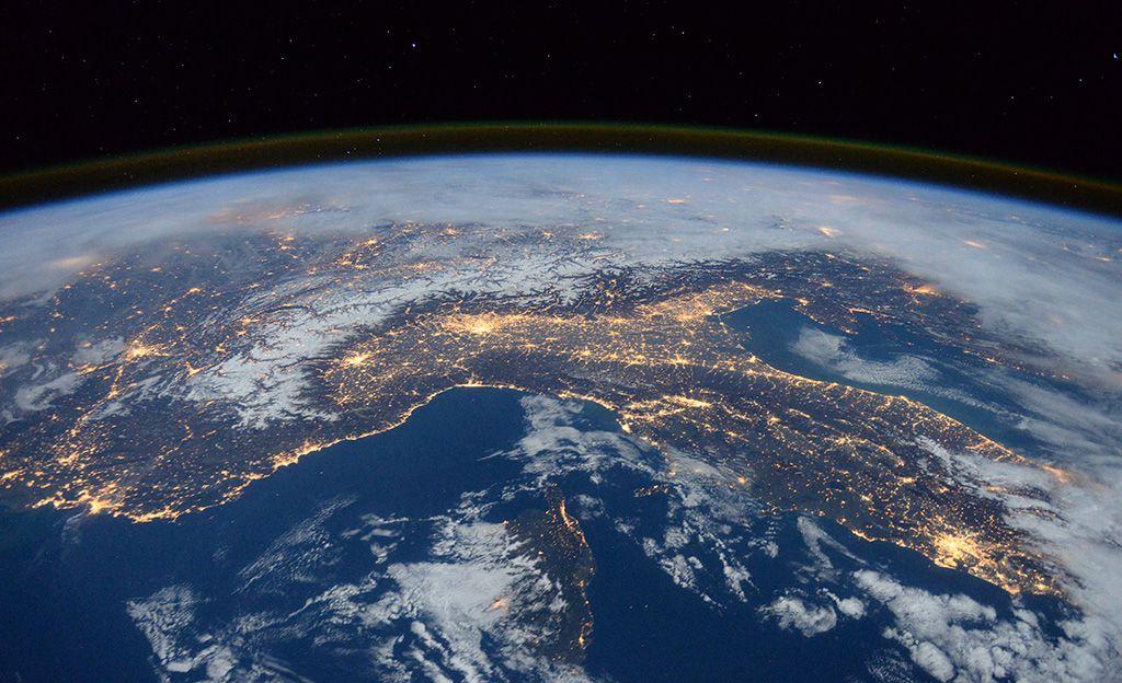 Brittiastronautti Tim Peake ihasteli kansainvälisen avaruusaseman ikkunasta Euroopassa ja Afrikassa piiskanneita salamoita.