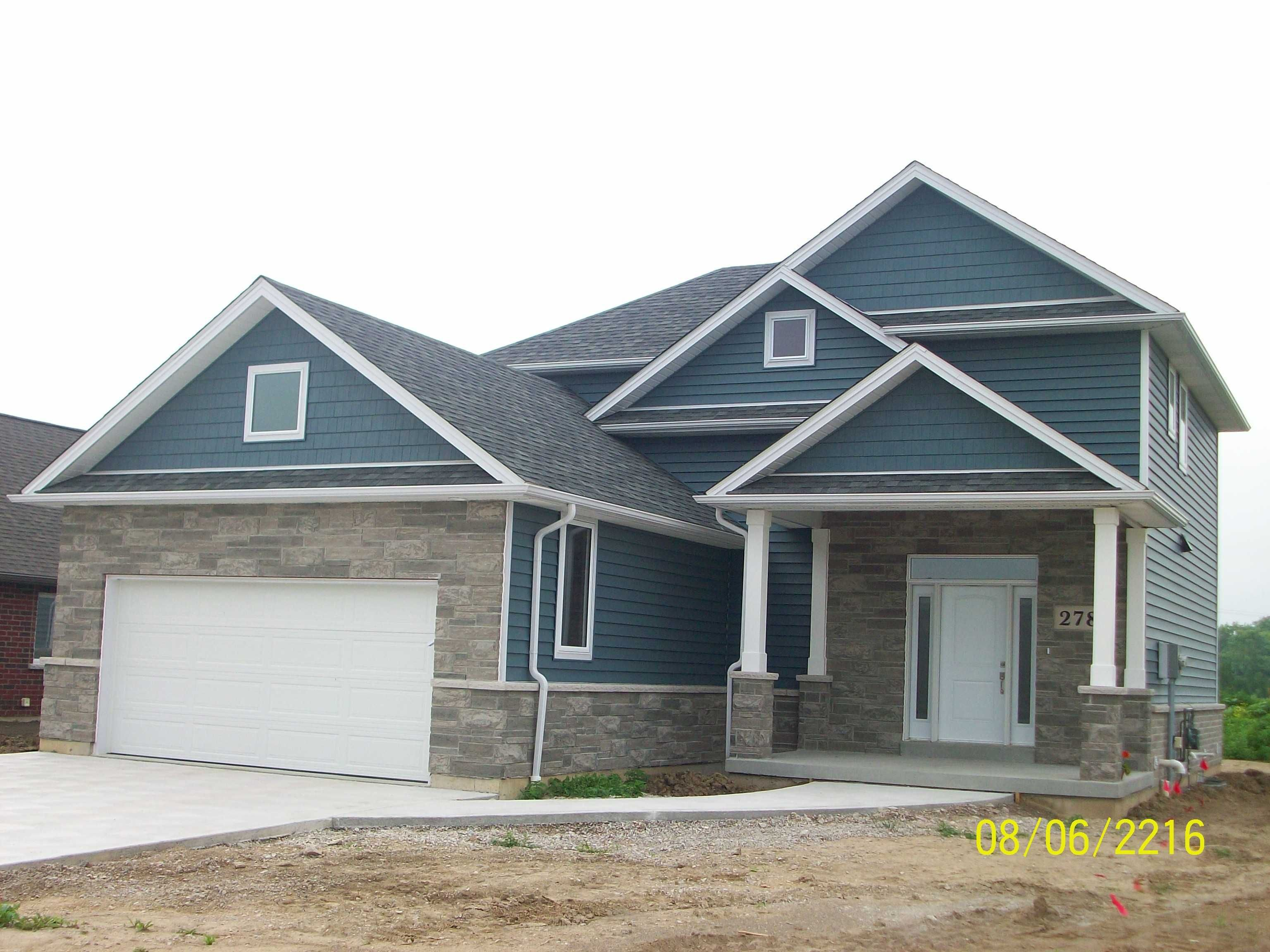 Kaycan Vinyl Siding Cabot Blue Siding With Grey Beige Stone And White Trims Beige Cream Neutral Vinyl Exterior Siding Vinyl Siding Lake Houses Exterior