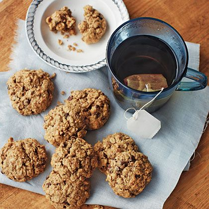 PB, Banana, and Oat Cookies | At just 82 calories a pop, these gluten-free cookies are a healthy indulgence packed with peanut butter, bananas, rolled oats, and chocolate minichips. Pack one or two in your lunchbox for a yummy midday pick me up.