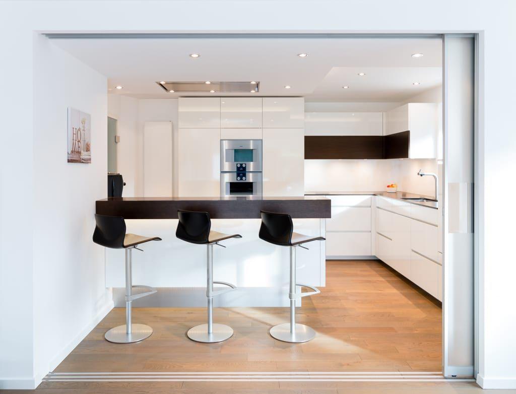 moderne küche bilder: wohnküche nach maß mit kochinsel, Hause deko