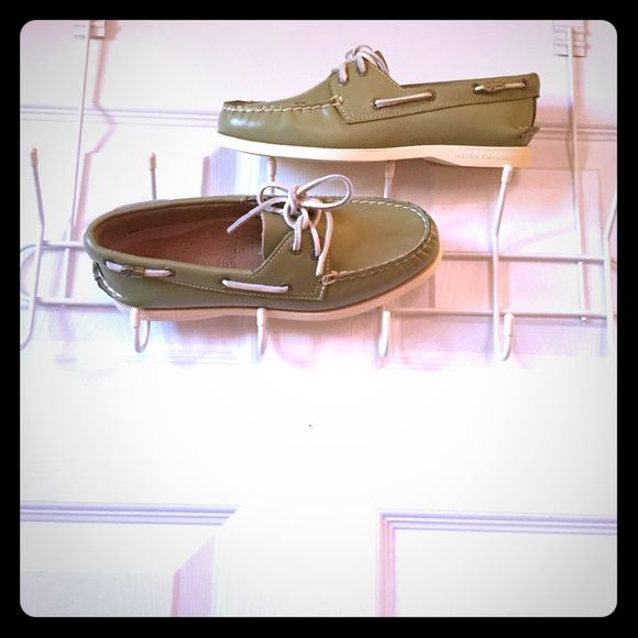 Sperrys ❌NO TRADES ❌NO LOWBALLS ✅OFFERS THROUGH OFFER BUTTON ONLY⁉️QUESTIONS? Feel free to ask ❤️ Sperry Top-Sider Shoes