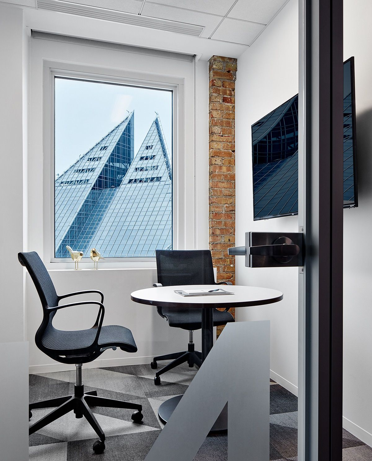 A Look Inside Opploans Modern Office Expansion In Chicago Office Interiors Interior Design Home