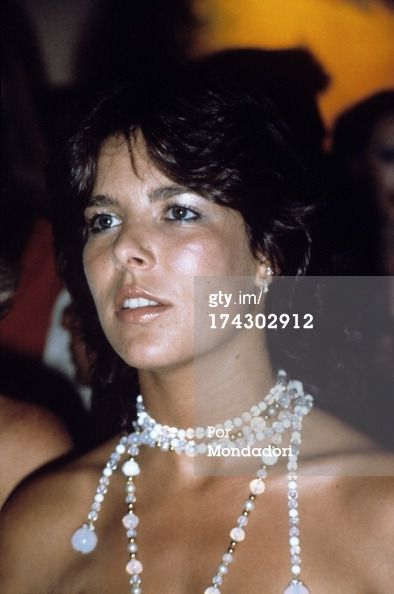 174302912-caroline-of-monaco-with-a-pearl-necklace-gettyimages.jpg (JPEG Imagen, 394 × 594 píxeles)